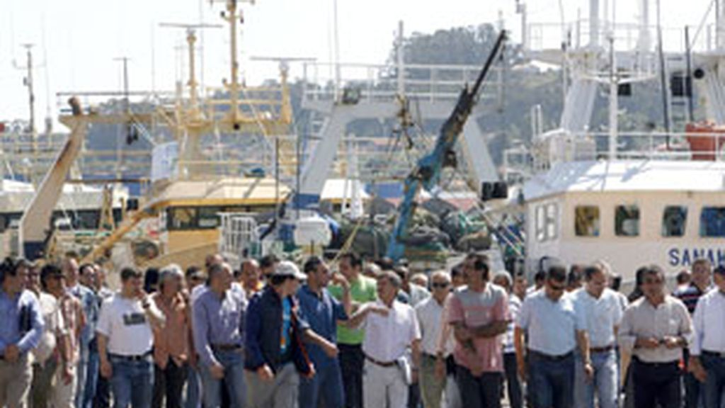 Marineros de Marín y Boiro se concentran en el puerto de Marín para informar a los compañeros de las causas del paro en el sector. Foto: EFE.