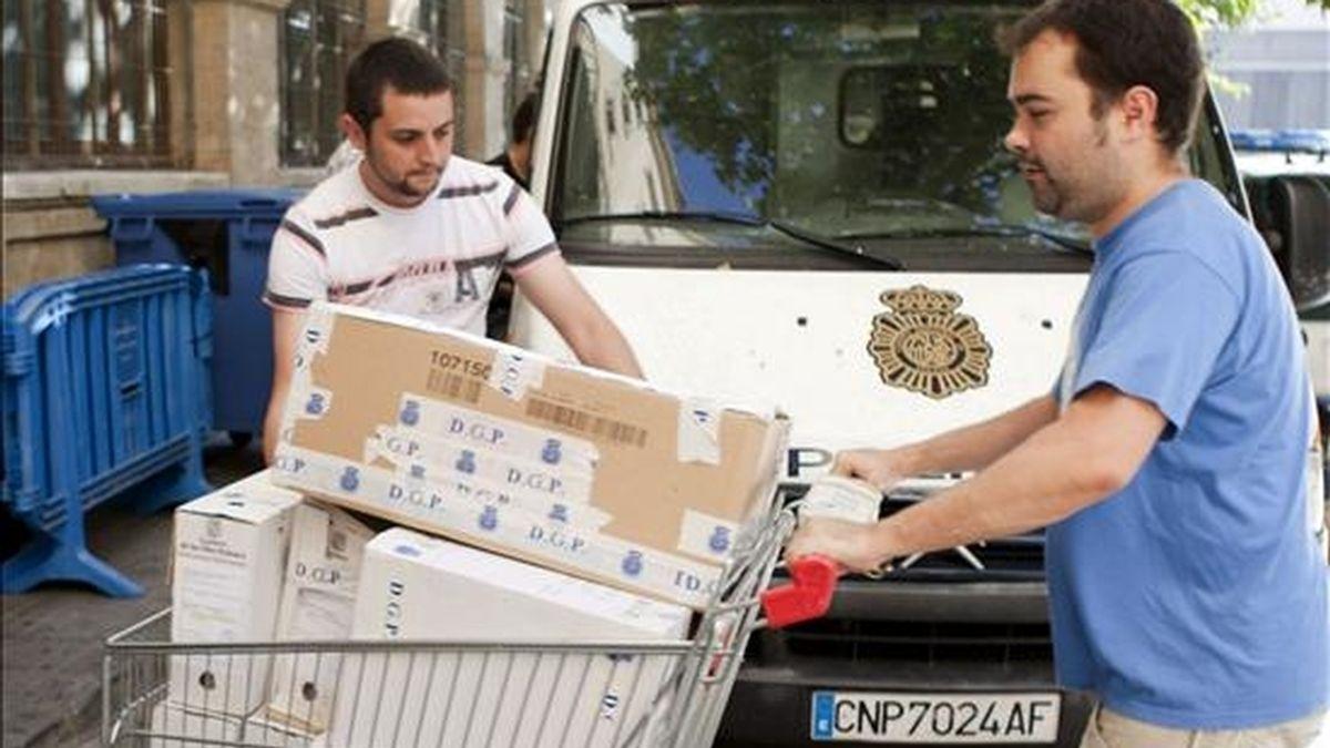 Agentes del cuerpo de la policía trasladan la documentación incautada a los juzgados de instrucción de la capital balear, en el caso Ibatur, Ignacio Lope Sola. EFE