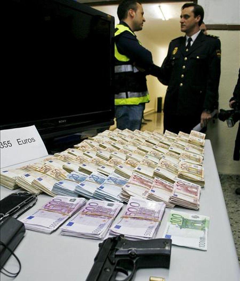 Parte del material incautado por la Policía Nacional de Alicante en una operación en la que se han detenido a siete personas, que habían robado 1,5 millones de euros a un empresario y han recuperado cerca de 300.000. EFE