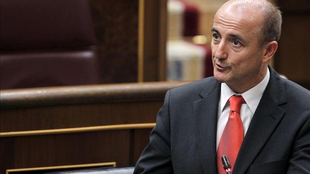 El ministro de Industria, Miguel Sebastián, interviene ayer desde su escaño durante la sesión de control al Gobierno del pleno del Congreso. EFE