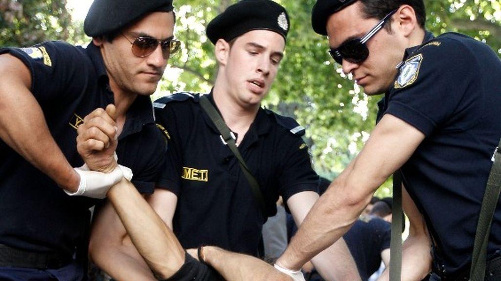 Detenidos varios activistas españoles por intentar acampar en la plaza Sintagma