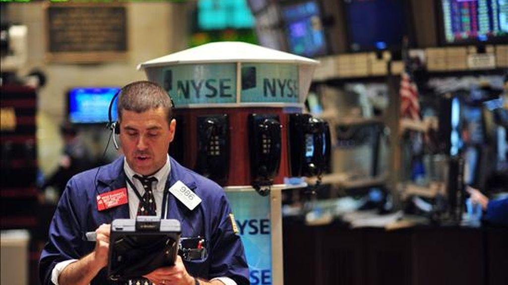 Un corredor de bolsa trabaja  antes de la campana de cierre de Wall Street en Nueva York (EEUU) EFE/Archivo