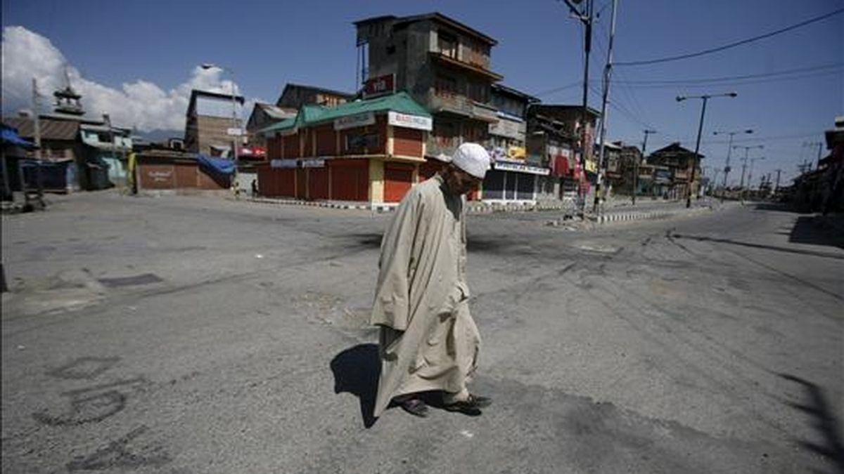 Un musulmán cachemirí cruza una calle desierta en Srinagar, la capital estival de la parte de Cachemira bajo administración india, durante el toque de queda. EFE