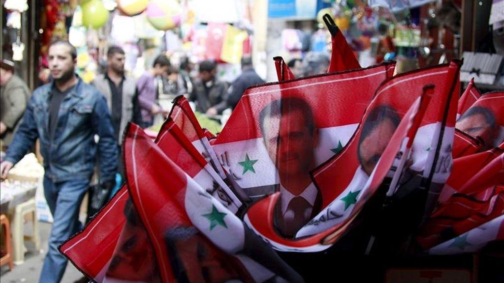 Banderitas sirias con la efigie del presidente Asad a la venta en el centro de Damasco, Siria. EFE/Archivo