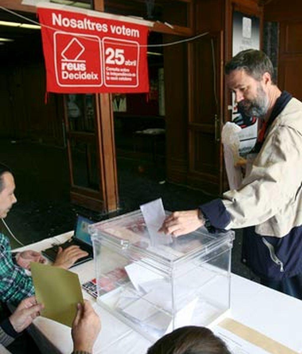 Un vecino de Reus, en el momento de la votación. Foto: EFE