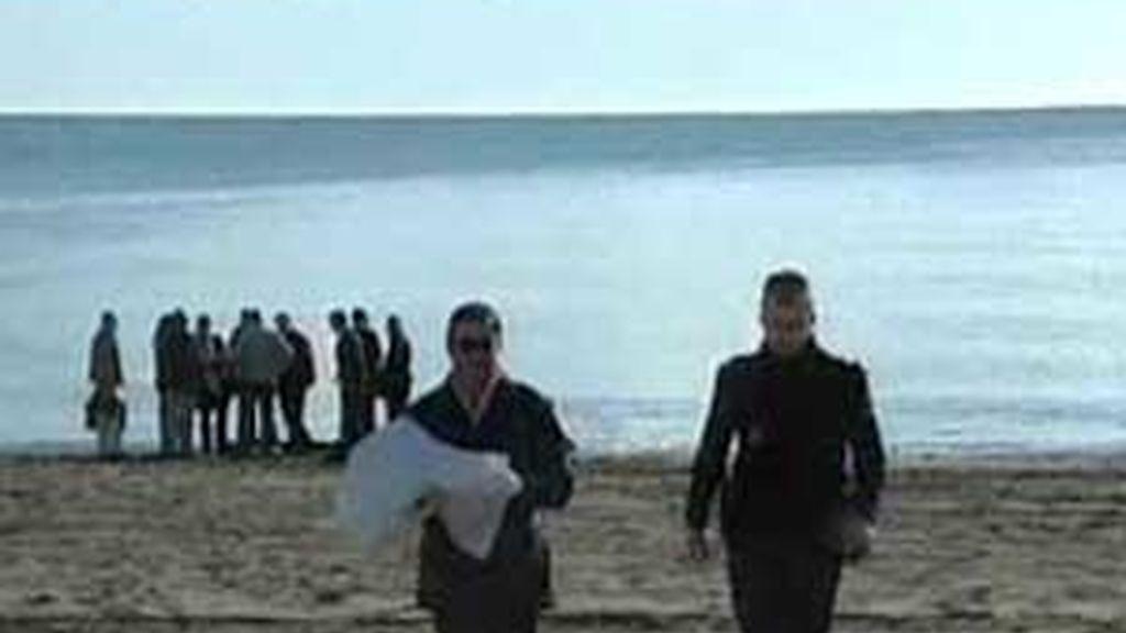 El bebé fue encontrada a la orilla de la malagueña playa de La Misericordia sin ropas por un viandante. Foto ATLAS