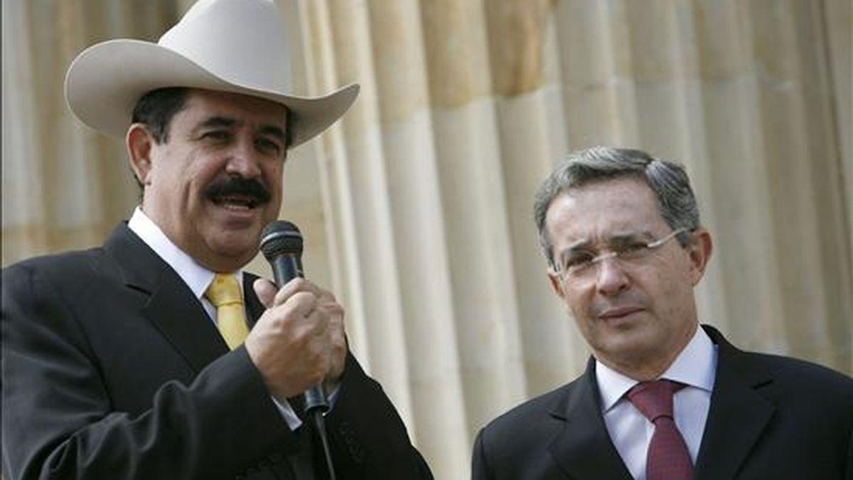 En la imagen, los presidentes de Colombia, Álvaro Uribe, y de Honduras, Manuel Zelaya, el 9 de octubre de 2008, en la Plaza de Armas de la Casa de Nariño, sede del Ejecutivo en Bogotá (Colombia). EFE/Archivo