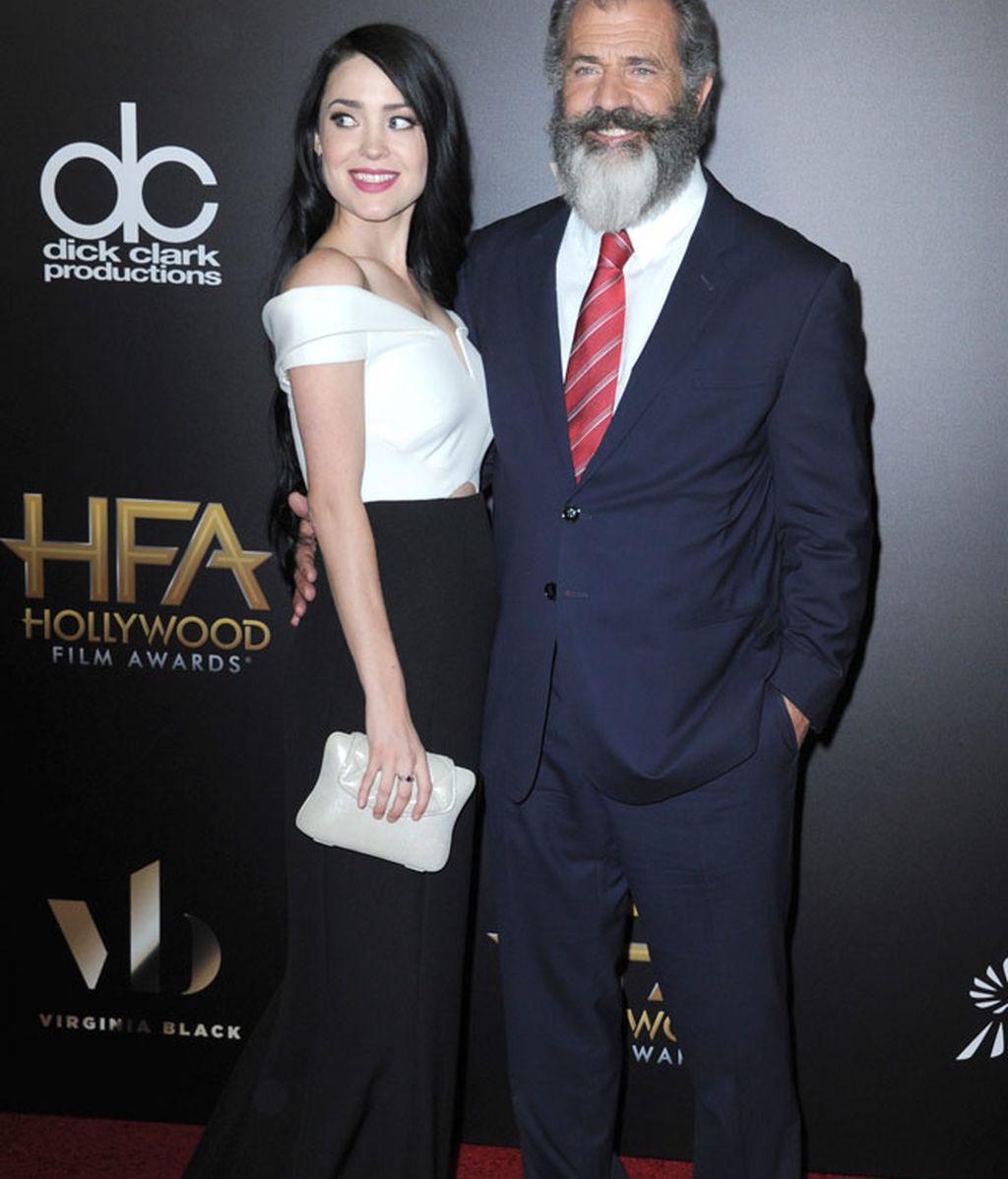 Mel Gibson asistió con su novia Rosalind Ross que apostó por el blanco y negro