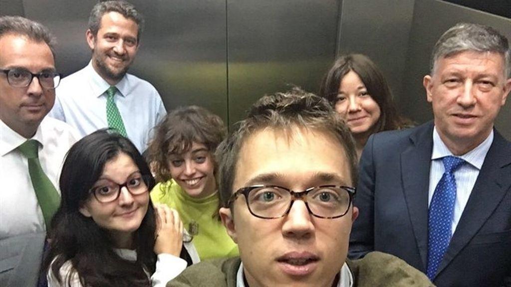 Iñigo Errejón se hace un selfie con tres diputados del PP
