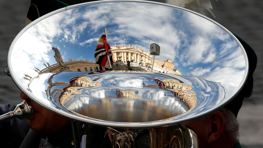 La basílica de San Pedro, reflejada en una Tuba