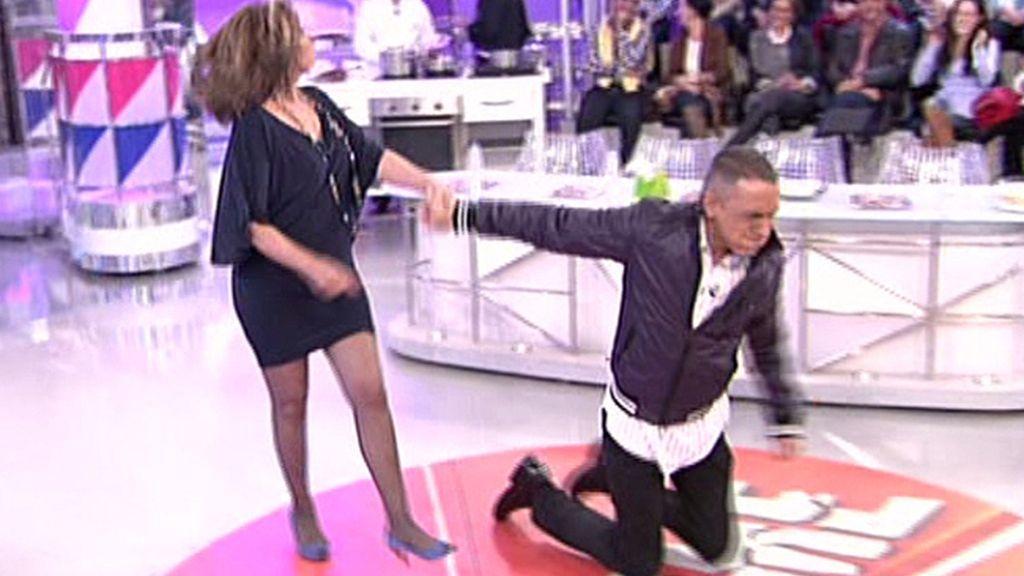 Kiko anda de rodillas y Mila Ximénez tras él