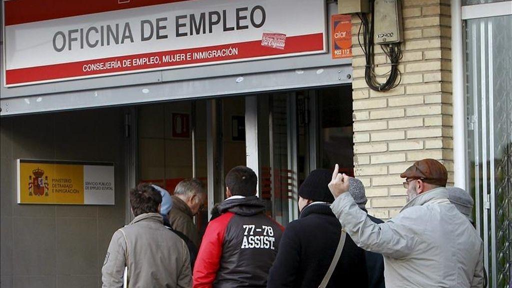 Un grupo de personas hace cola para entrar en una oficina de empleo en Madrid. EFE/Archivo