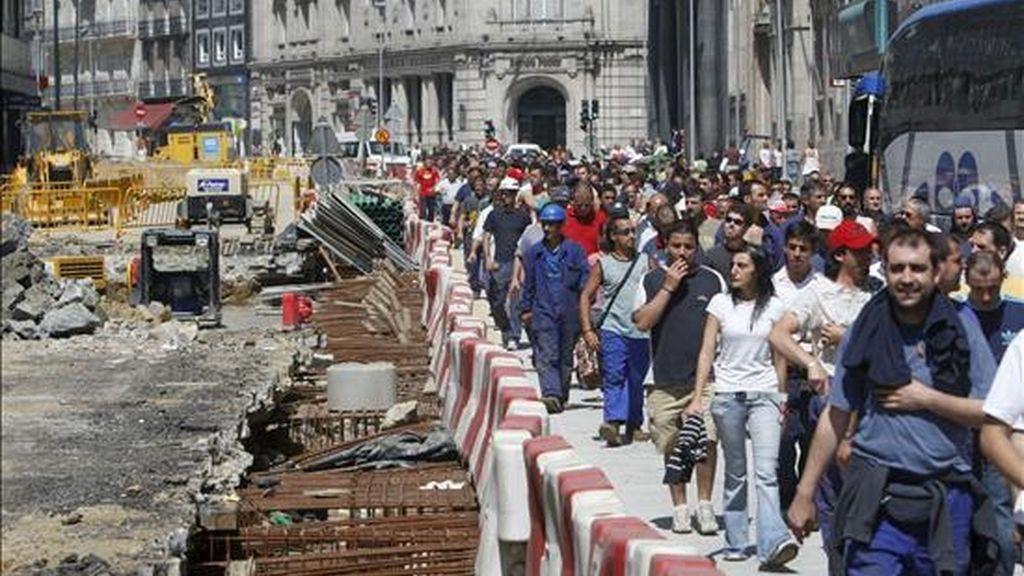 Cientos de trabajadores del sector metalúrgico de la provincia de Pontevedra durante la protesta pacífica que han celebrado hoy en por las calles de Vigo. EFE