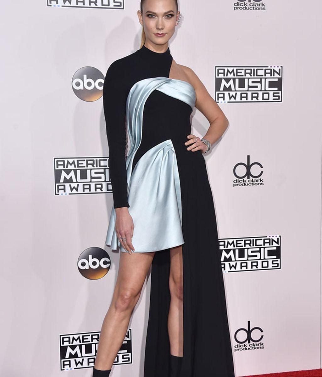 Vestido asimétrico para Karlie Kloss: negro y celeste con calcetines ejecutivos