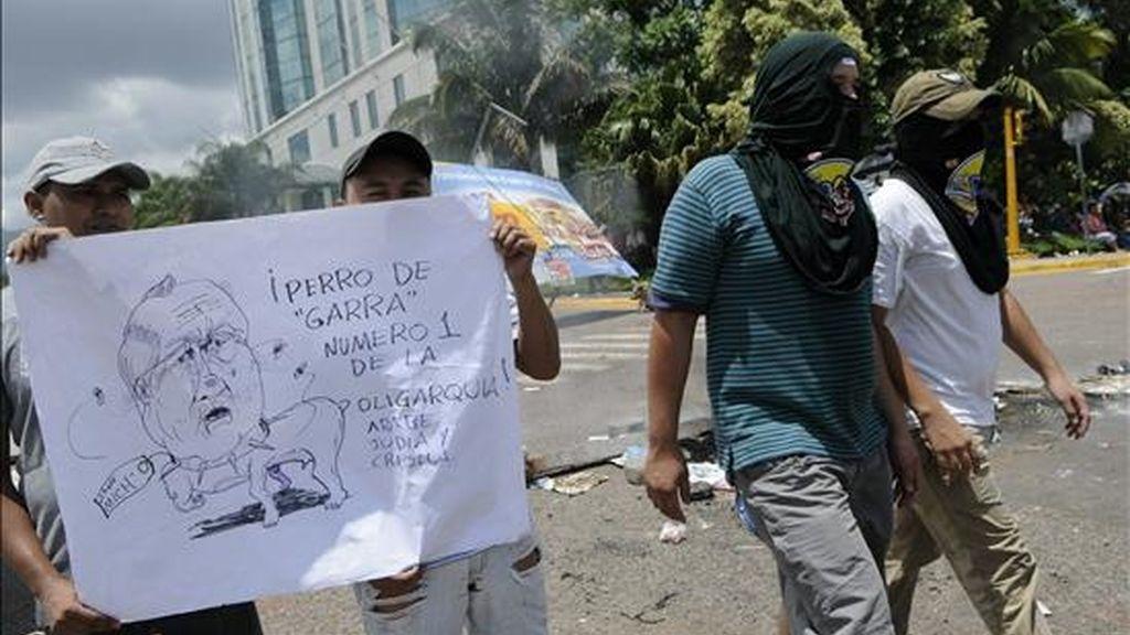 Militares mantienen tomada la Casa Presidencial en Tegucigalpa (Honduras), mientras en las afueras del lugar miles de personas se mantienen concentradas. EFE