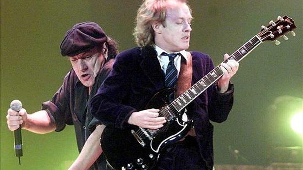 Brian Johnson (i) y Angus Young, del grupo australiano AC/DC. EFE/Archivo