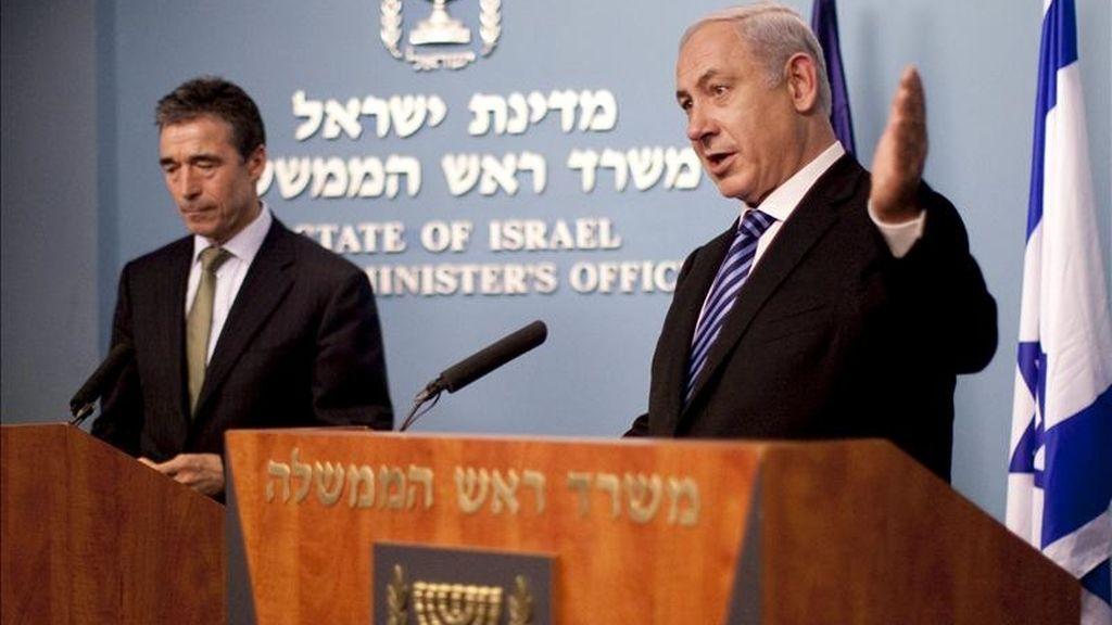 El primer ministro israelí Benjamin Netanyahu, (d), comparece ante los medios junto al secretario general de la OTAN, Anders Fogh Rasmussen, en Jerusalén, Israel. EFE