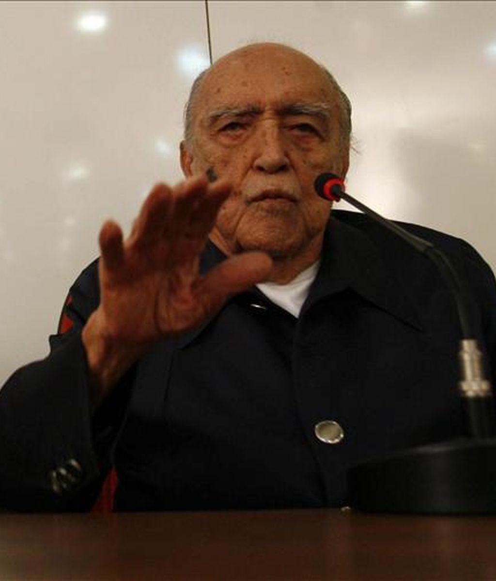 El arquitecto brasileño Oscar Niemeyer quien habla durante un evento en la Coordinación de cursos de postgrado en estudios de ingeniería (COPPE) en Río de Janeiro (Brasil), en el que el arquitecto brasileño fue homenajeado por la obra de su vida en abril de 2008. EFE/Archivo