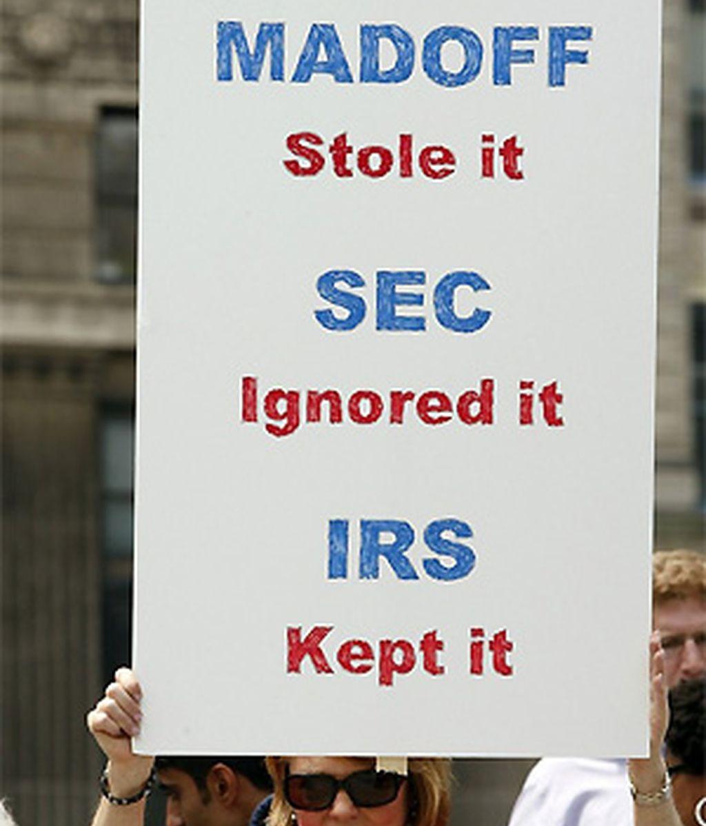 Los afectados por la estafa de Madoff se congregaron a las puertas de los juzgados con pancartas. FOTO: Reuters.