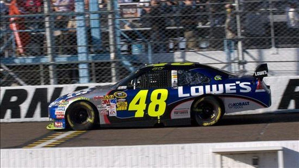 El cuatro veces campeón, Jimmy Johnson, que busca su quinto título consecutivo, volvió a ocupar el primer lugar de la clasificación después de concluir la carrera en segundo lugar, a pesar de tener un coche poco competitivo. EFE/Archivo