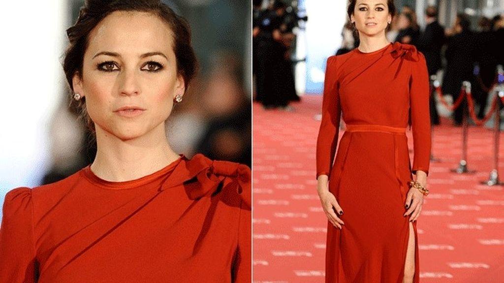 Leonor Watling ha optado por un vestido rojo de Miriam Ocariz