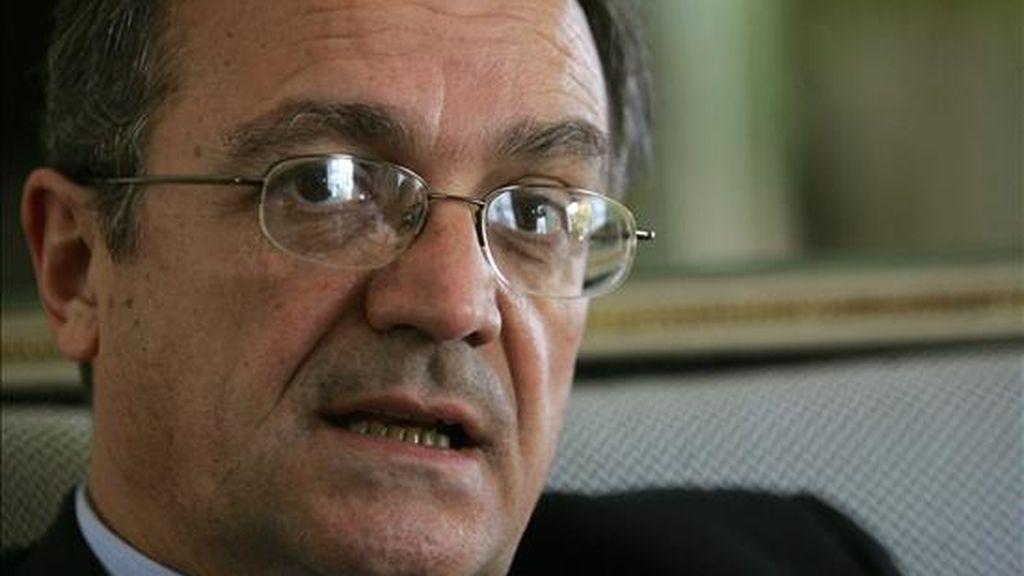 El secretario de Estado español para Iberoamérica, Juan Pablo de Laiglesia, habla, este 11 de junio de 2009, durante una entrevista en la embajada de España en Montevideo (Uruguay). EFE