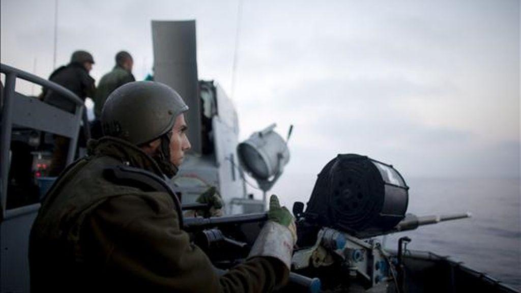 Soldados israelíes en guardia a bordo de un barco lanzamisiles. EFE/Archivo