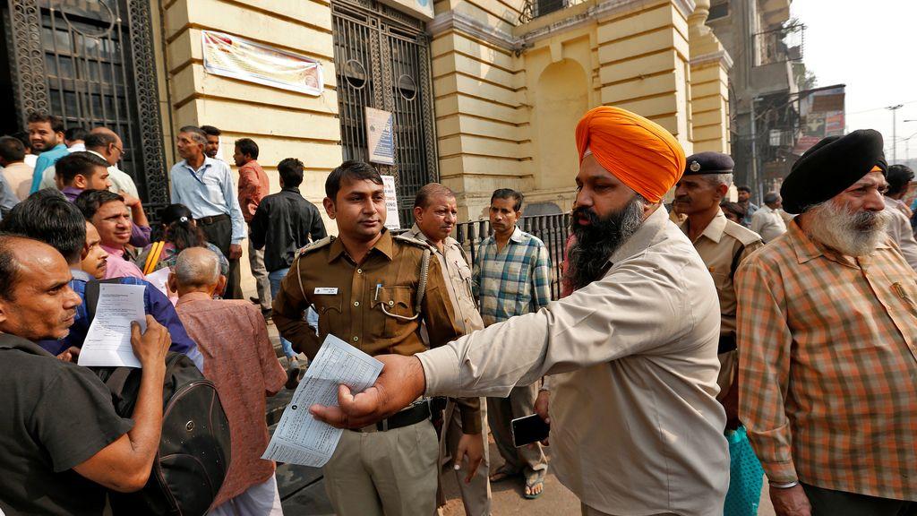 Colas en los bancos de India tras la supresión de los billetes de 500 y 1.000 rupias