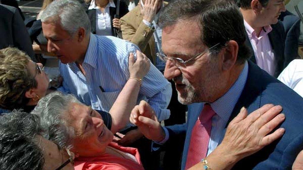 Mariano Rajoy saluda a simpatizantes del PP en Jerez. FOTO: EFE
