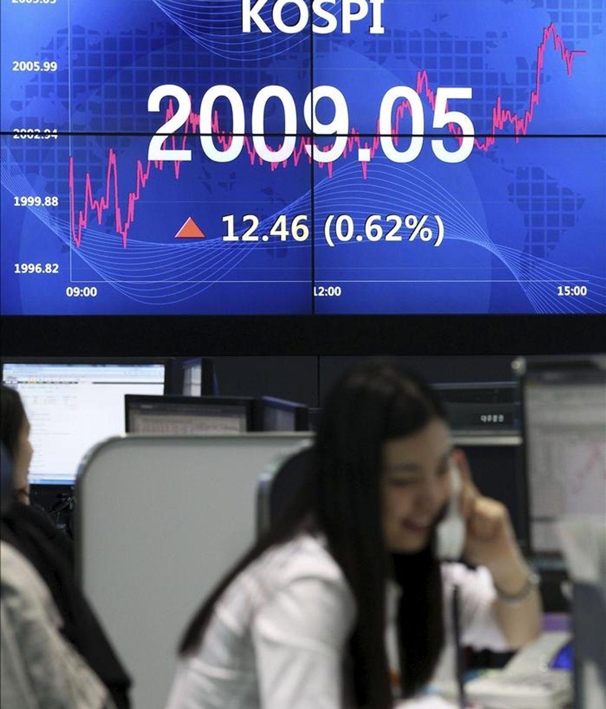 Una corredora de bolsa habla por teléfono mientras trabaja en la Bolsa de Seúl, Corea del Sur. EFE/Archivo