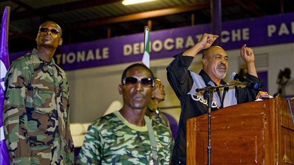 Esta es la tercera vez que Bouterse (d), condenado por tráfico de cocaína en 1999, tendrá el poder en la nación suramericana después de dos golpes militares, en 1980 y 1990. EFE/Archivo