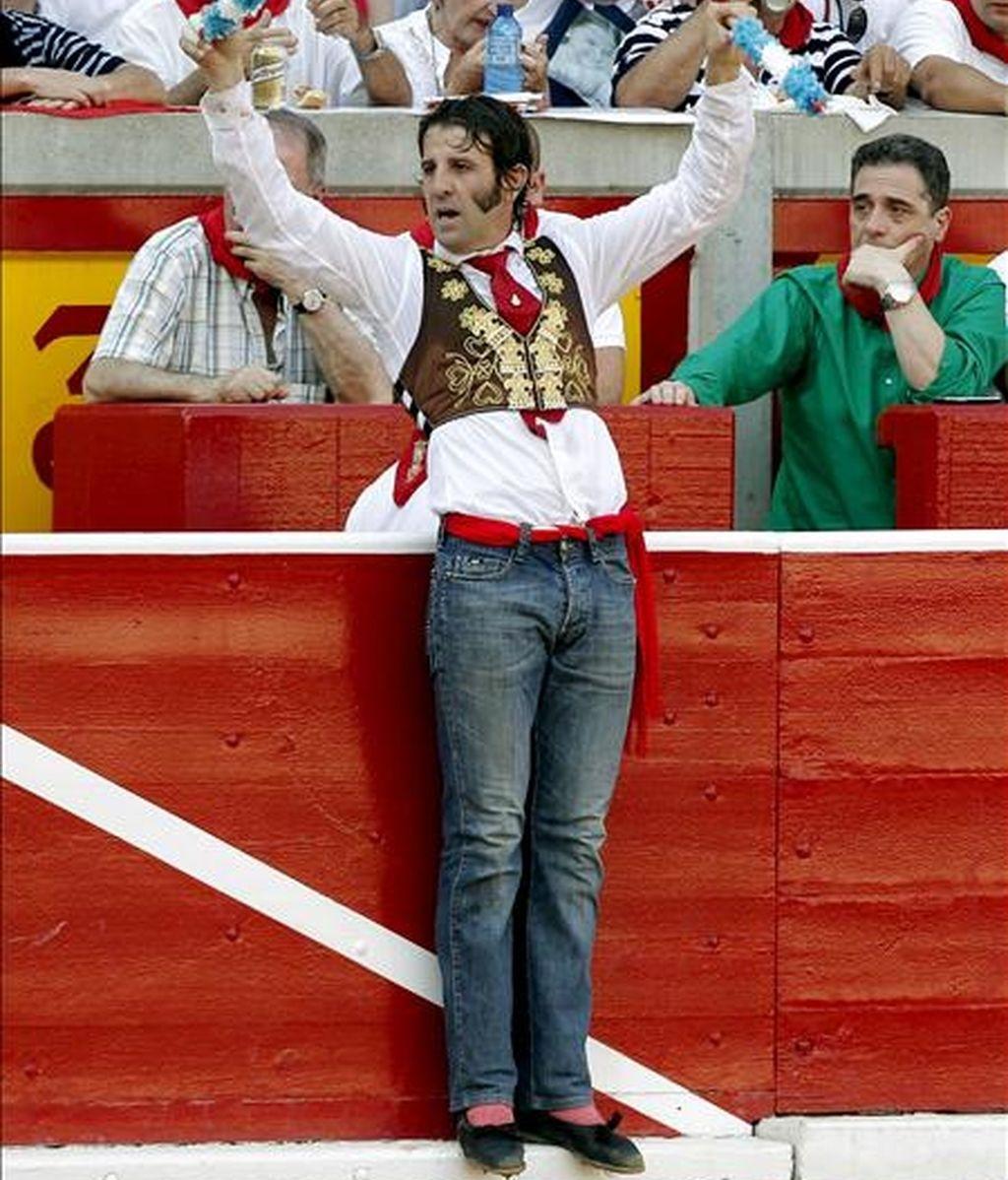 El torero Juan José Padilla, con pantalones vaqueros, intenta poner un par de banderillas a su segundo de la tarde durante la corrida de toros celebrada esta tarde en la Plaza de Pamplona con motivo de las Fiestas de San Fermín 2010. EFE