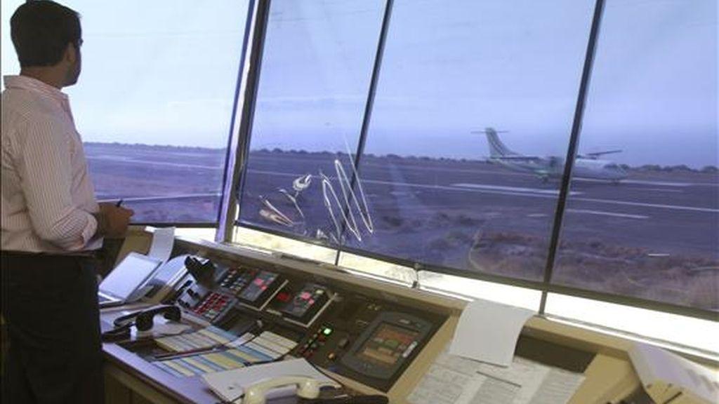 Un operario observa desde la torre de control el aterrizaje de un avión en el aeropuerto de La Gomera. EFE/Archivo
