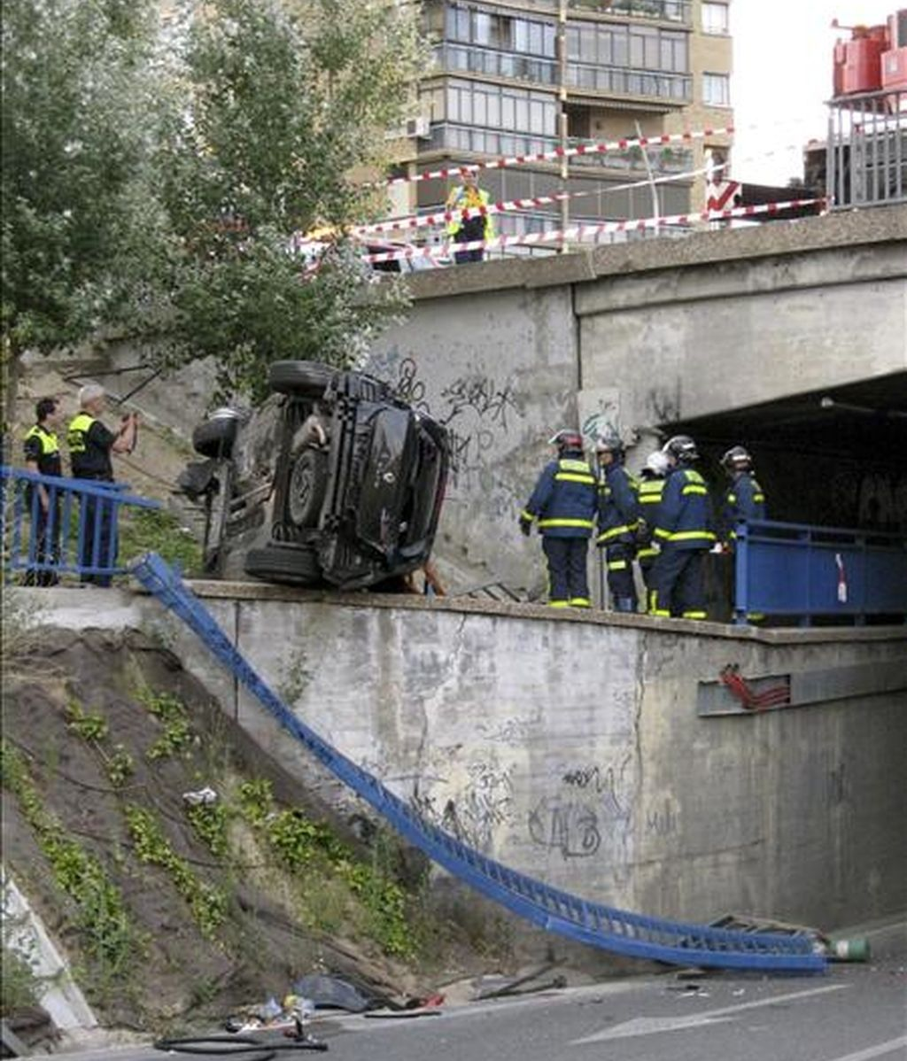 Vista del estado en el que quedó un turismo tras el accidente en el que cuatro jóvenes han resultado heridos leves al caer el coche en el que circulaban por un puente desde cinco metros de altura en la carretera de Extremadura en sentido salida de Madrid. EFE/Ayuntamiento de Madrid