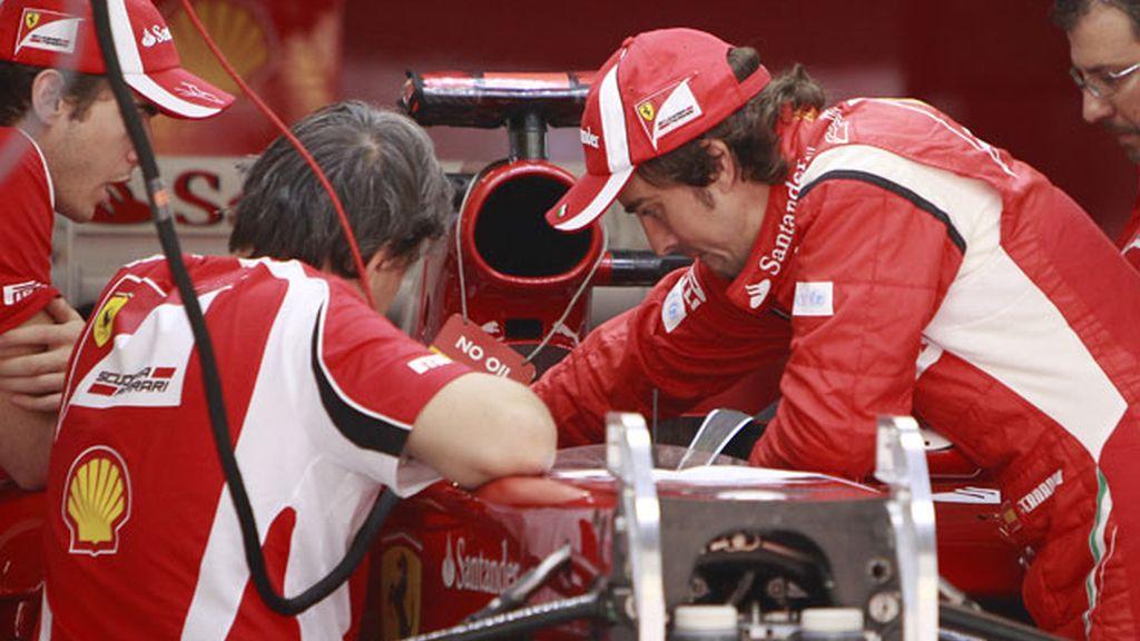 Alonso trabaja con sus mecánicosen la mejora de su coche. Foto: GTres