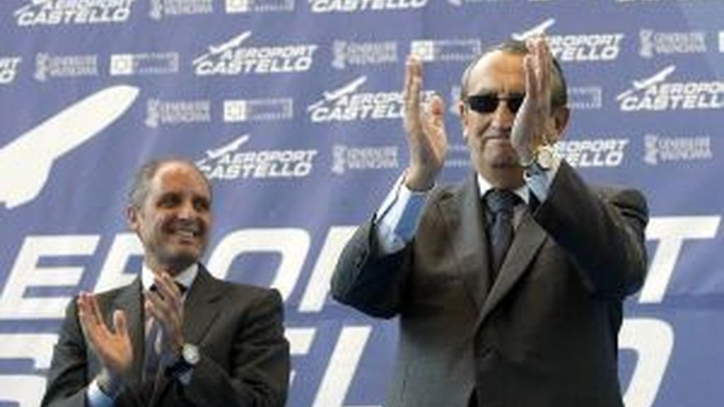 El president de la Generalitat, Francisco Camps (i), y el presidente de la Diputación, Carlos Fabra, durante la inauguración del aeropuertO. Foto: EFE