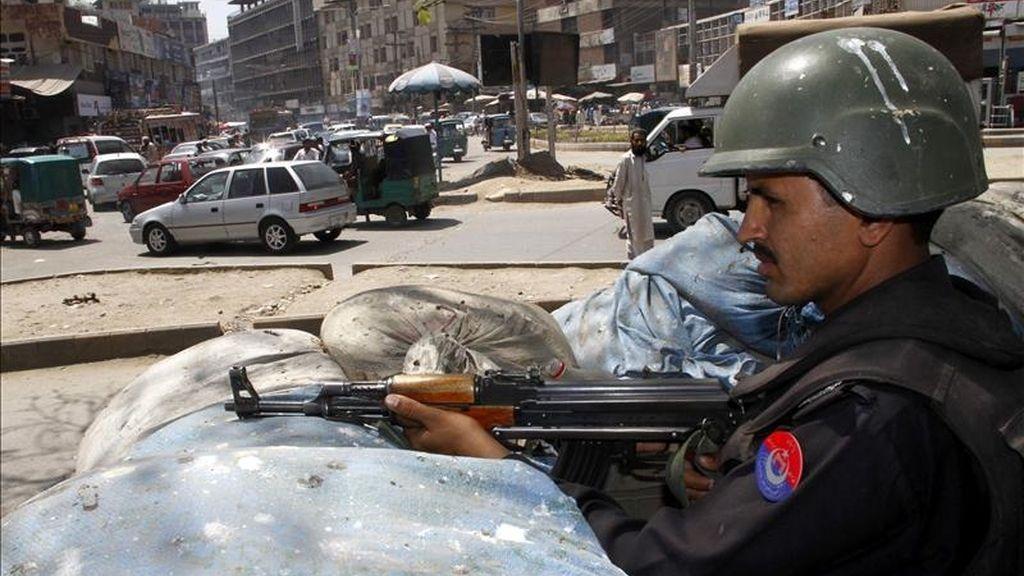Oficiales paquistaníes hacen guardia en un punto de control en Peshawar (Pakistán) hoy. EFE
