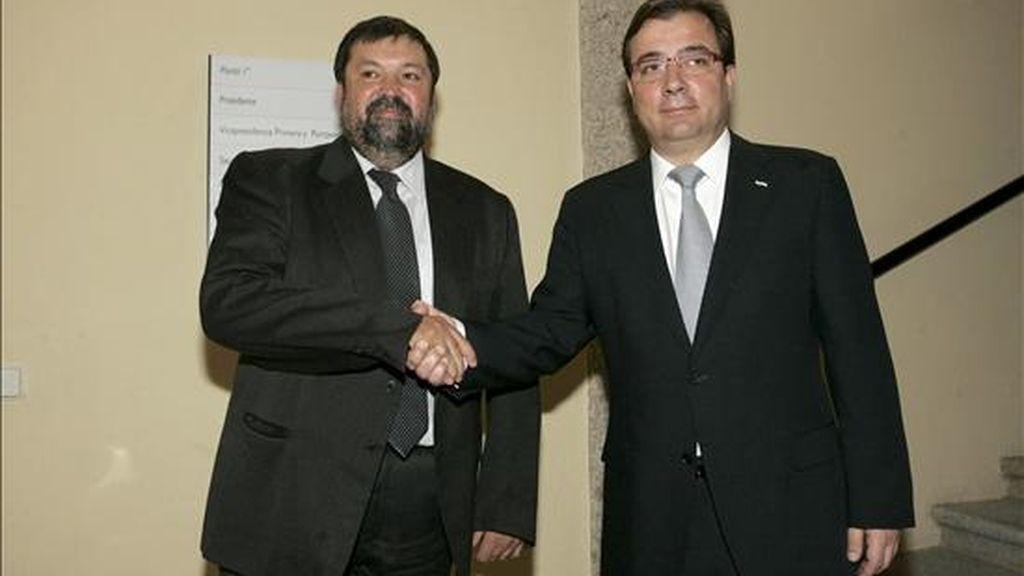 El ministro de Justicia, Francisco Caamaño (i), saluda al presidente de la Junta de Extremadura, Guillermo Fernández Vara, durante la reunión que mantuvieron hoy en la sede de la Presidencia de la Junta en Mérida. EFE