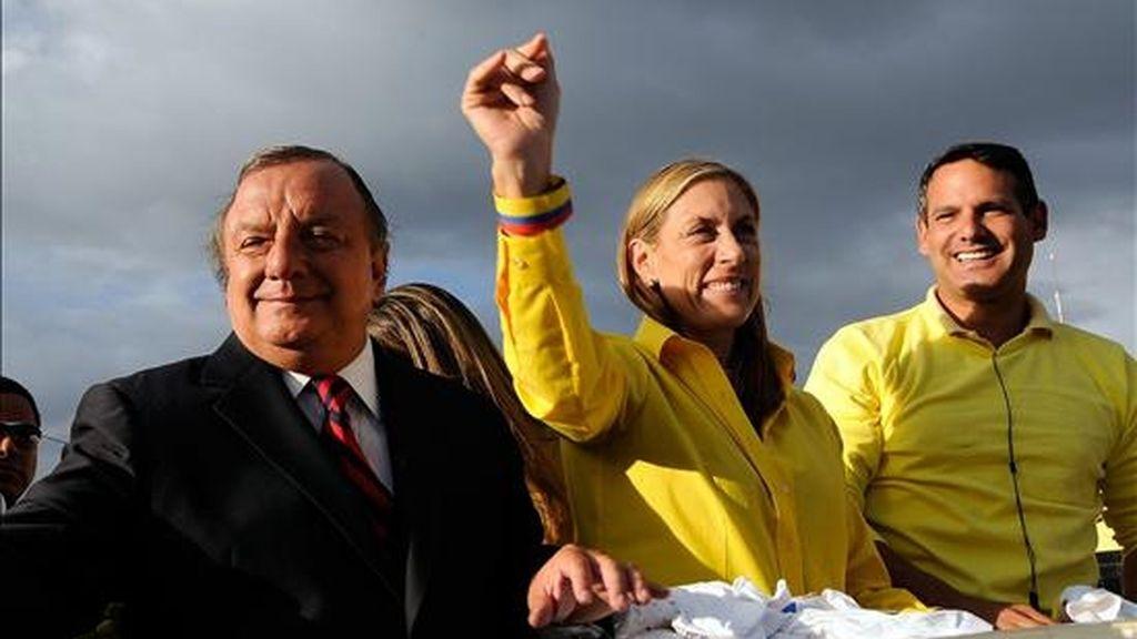 El candidato presidencial Álvaro Noboa (i) vaticinó en su cierre de campaña, en Quito, su posible triunfo en las elecciones generales del próximo domingo en Ecuador. EFE