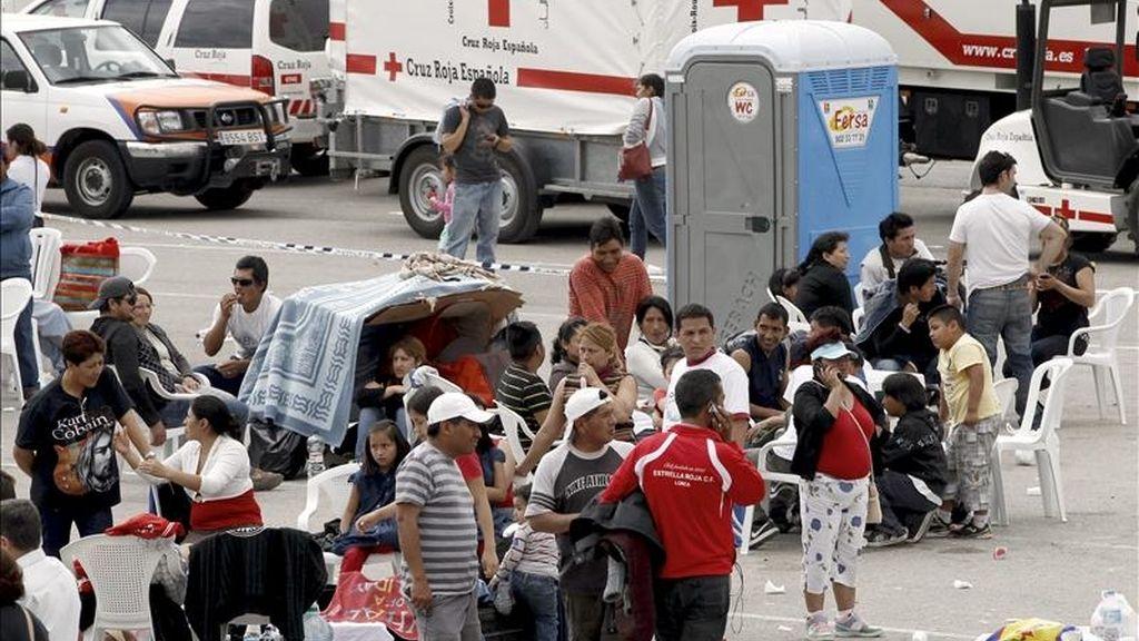 Un grupo de personas permanece en una explanada habilitada por Cruz Roja en el barrio de Las Viñas, en Lorca, ante el temor a posibles réplicas del terremoto de 5,2 grados en la escala de Richter que afectó ayer a la ciudad, y que ha causado nueve víctimas mortales y 167 heridos, y cuantiosos daños materiales. EFE