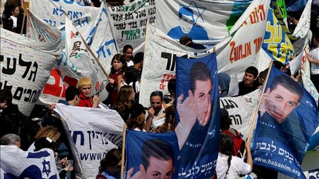 Familiares y amigos del soldado israelí secuestrado Gilad Schalit, se manifiestan en el exterior de la residencia del primer ministro israelí Ehud Olmert en Jerusalén, el pasado 17 de marzo. Israel negó hoy haber reanudado las negociaciones indirectas con Hamás, con la mediación de Egipto, para lograr un canje de prisioneros por Shalit. EFE/Archivo