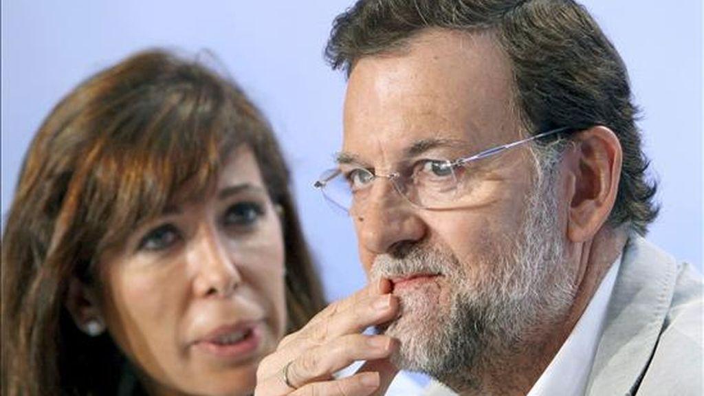 El lider del PP, Mariano Rajoy, en su primera comparecencia en Cataluña tras hacerse pública la sentencia del Tribunal Constitucional sobre el Estatut, junto a la presidenta de los populares catalanes, Alicia Sanchez Camacho. EFE/Archivo