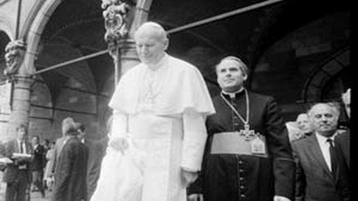Fotografía de archivo tomada el 17 de mayo de 1985 que muestra al obispo de Brujas Roger Joseph Vangheluwe (d) junto al papa Juan Pablo II durante la visita de este último a la localidad de Ypres (Bélgica). Foto: EFE