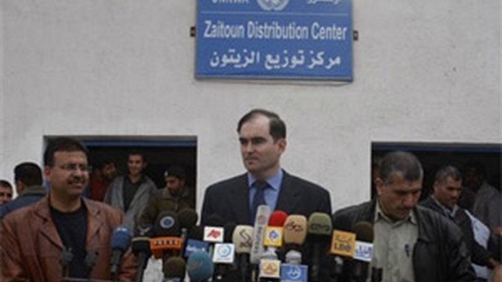 John Ging, director de operaciones de UNRWA, durante una rueda de prensa en Gaza. Foto: AP.