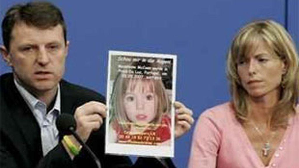Imagen de archivo de los padres de Madeleine junto a una foto de su hija. Foto: EFE.
