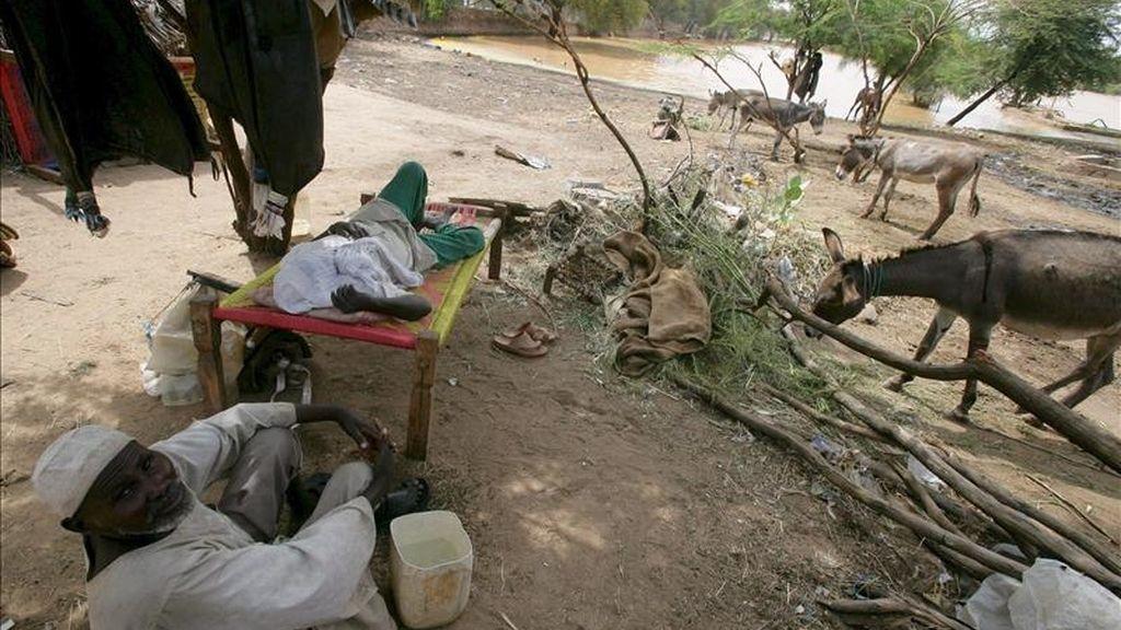 Un sudanés descansa en la región de Dafur, cerca de Al Fasher. EFE/Archivo