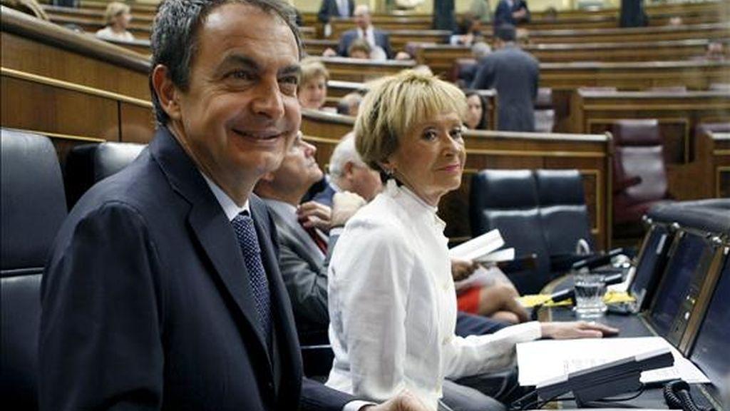 El presidente del Gobierno, José Luis Rodríguez Zapatero, y la vicepresidenta Maria Teresa Fernández de la Vega, a su llegada al Congreso de los Diputados, donde hoy se celebra la sesión de control al Ejecutivo. EFE