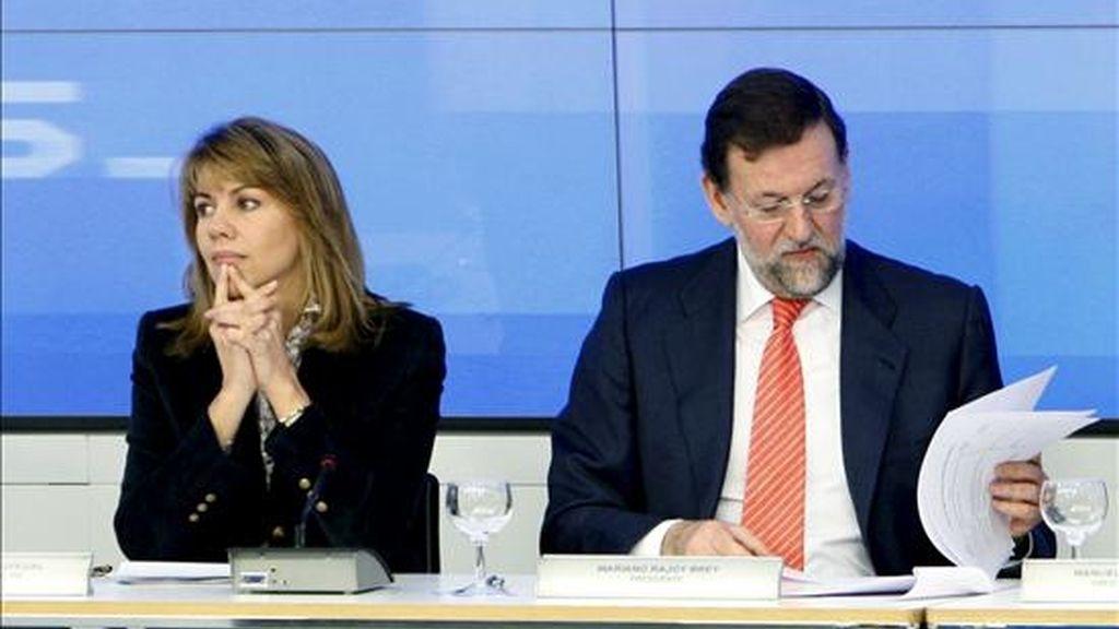 El líder del PP, Mariano Rajoy, y la secretaria general, María Dolores de Cospedal, antes de presidir la reunión del Comité Ejecutivo Nacional de su partido convocada con carácter de urgencia para analizar la situación derivada de la investigación del juez Baltasar Garzón en una supuesta trama de corrupción. EFE