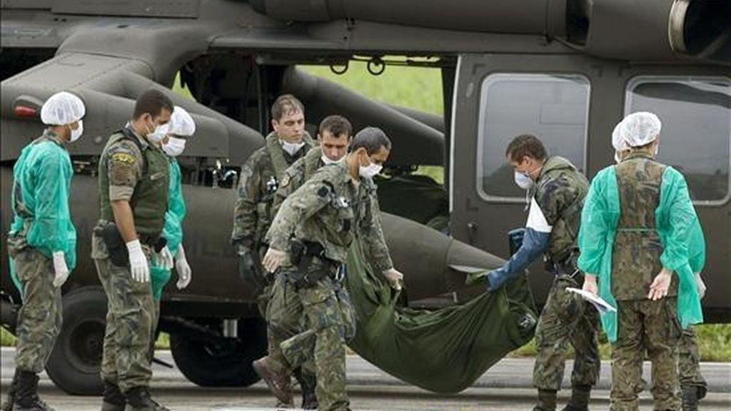 Militares descargan de una aeronave de la Fuerza Aérea Brasileña, en el archipiélago Fernando de Noronha, los primeros ocho cadáveres de víctimas del desastre del avión de Air France en el Atlántico. EFE