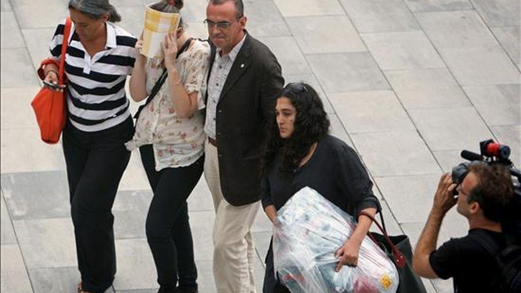 Los familiares de Francesc Espasa, el joven que aún no ha sido localizado por las autoridades mexicanas, a los que los dos jóvenes supervivientes que llegaron al aeropuerto de El Prat de Barcelona han entregado parte de su equipaje. EFE
